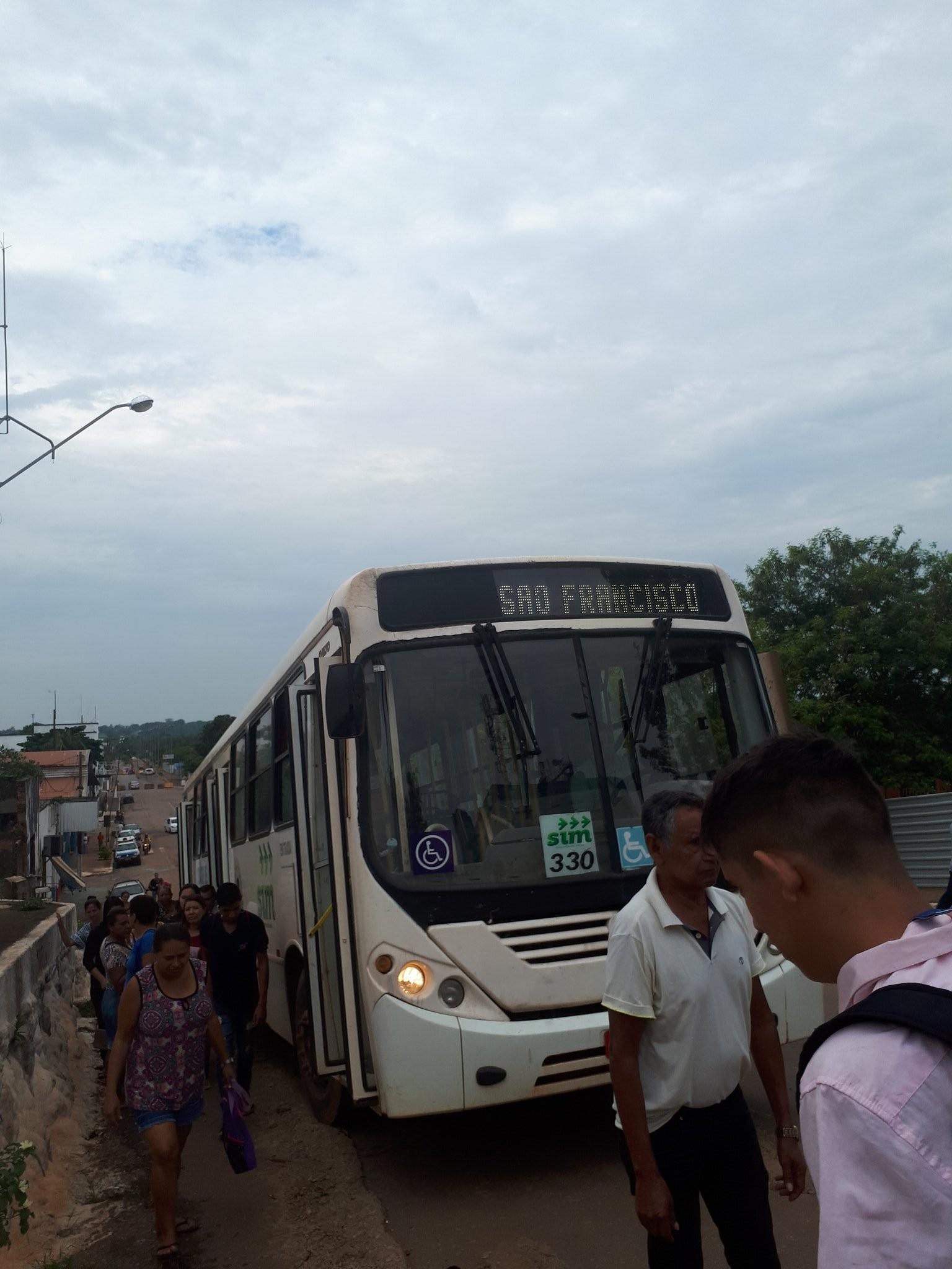 Ônibus não consegue subir ladeira e faz passageiros continuarem trajeto a pé em Porto Velho  - Notícias - Plantão Diário