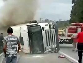 Caminhão tomba sobre carro e mata duas crianças em SP (Reprodução de Vídeo/TV Globo)