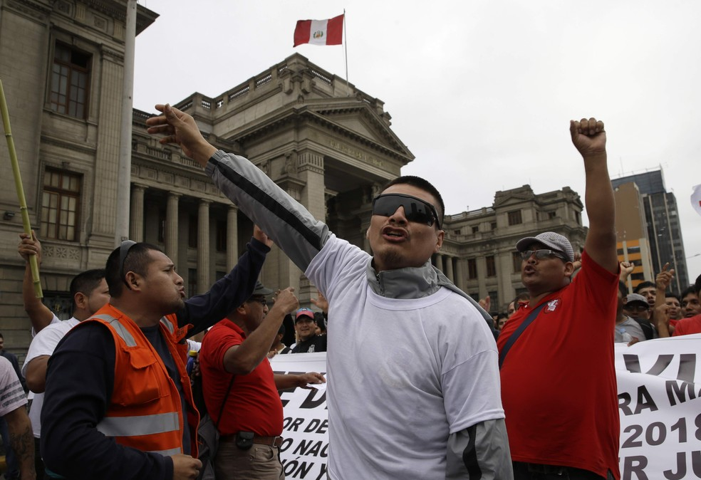 Manifestantes protestam contra corrupção do judiciário no Peru (Foto: AP Photo/Martin Mejia)