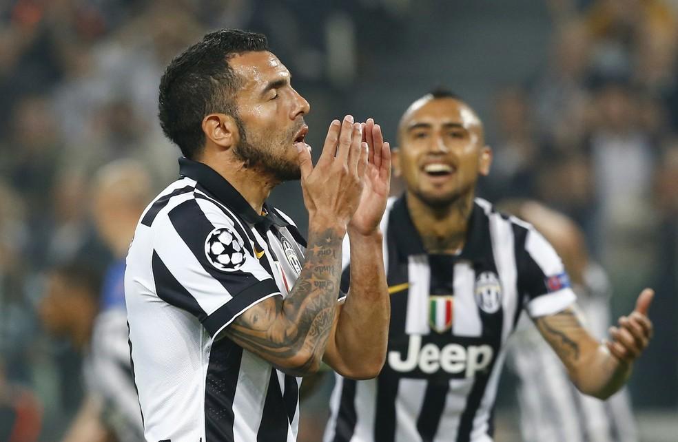 Tévez e Vidal defendiam a Juventus em 2015 — Foto: Agência Reuters
