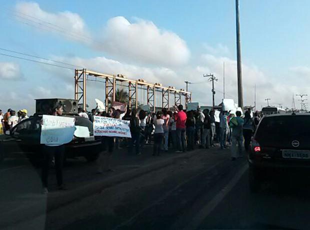 A via está ocupada no sentido Centro/Itaqui-Bacanga, entretanto, o tânsito no sentido contrário já registra lentidão. (Foto: Douglas Pinto/TV Mirante)