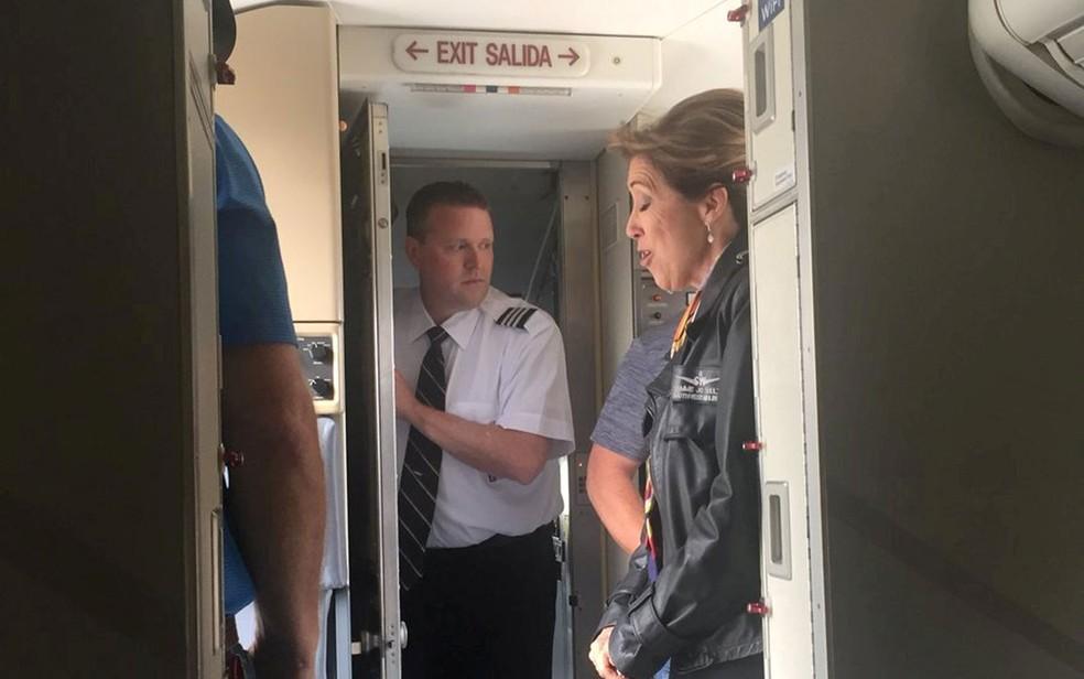 A piloto Tammie Jo Shults e membros da tripulação são vistos dentro do voo 1380 da Southwest Airlines, após puso na Filadélfia, na Pensilvânia (Foto: Kristopher Johnson/via Reuters)