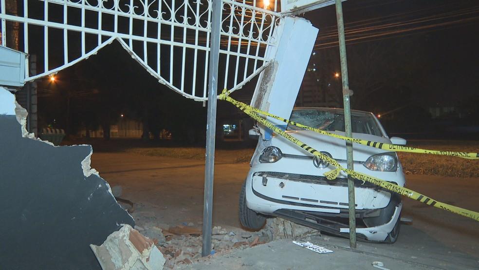 Familiares da moradora ajudaram a colocar escoramento para estrutura da casa não desabar  — Foto: TV Globo/ Reprodução