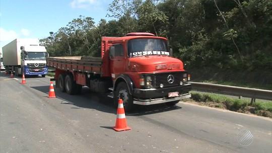 Acidentes causam congestionamento de 10 km na BR-324