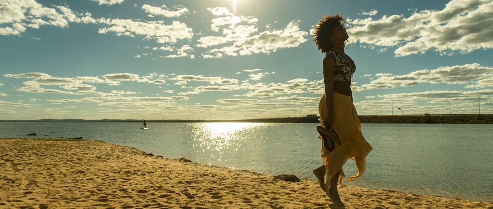 Erika Januza desfila no cenário paradisíaco do Tocantins (Foto: Raquel Cunha/Globo)