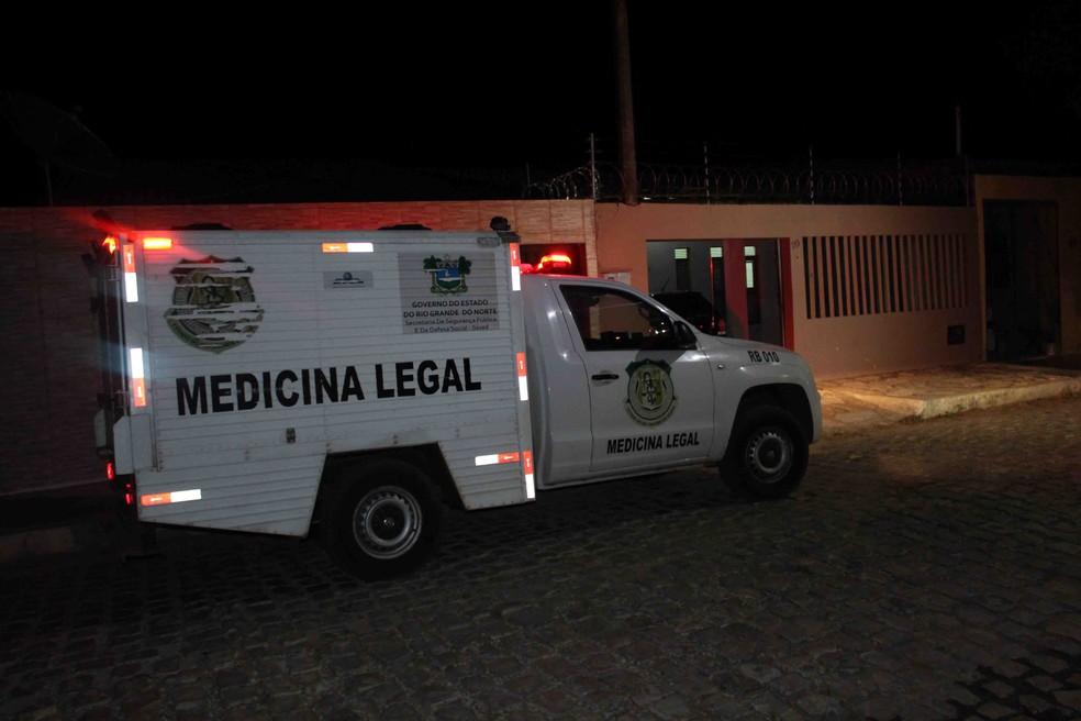 Triplo homicídio aconteceu dentro de uma casa na comunidade Ouro Branco, no bairro Aeroporto — Foto: Marcelino Neto/O Câmera