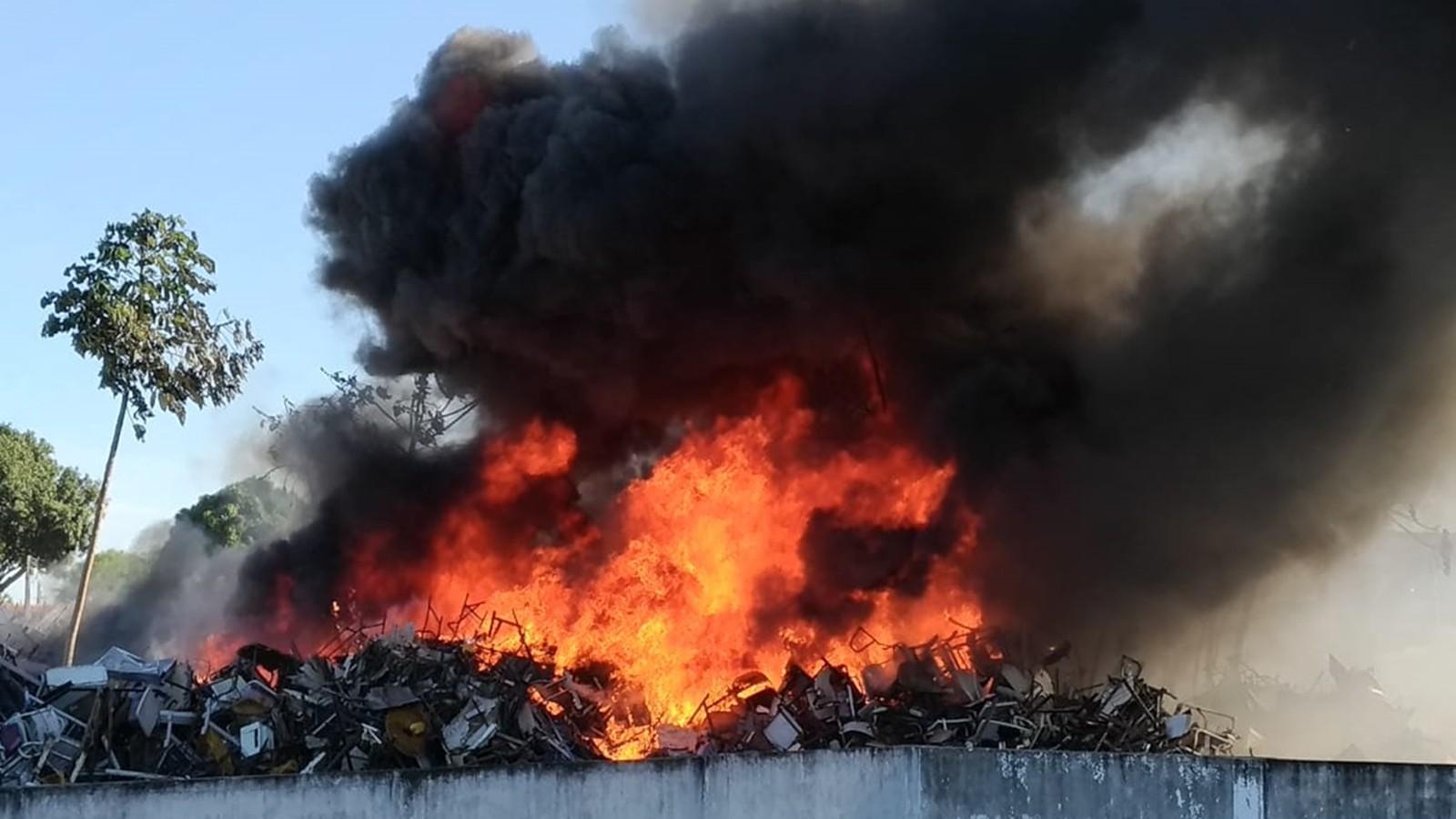 Incêndio atinge depósito da Secretaria de Estado da Educação, em João Pessoa