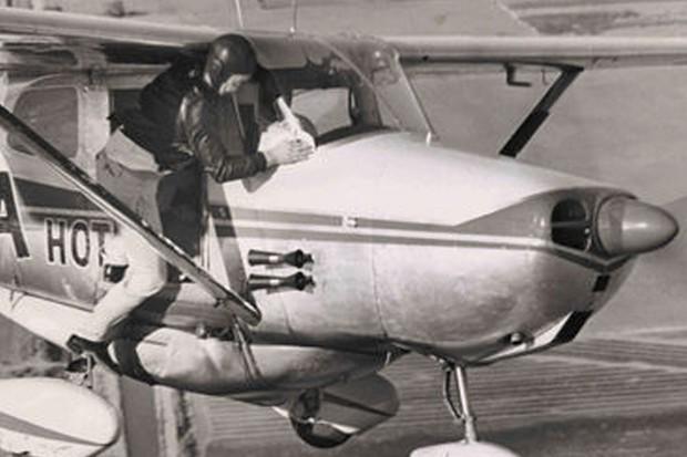 Os pilotos tinham que se dependurar para fazer a manutenção em pleno voo (Foto: Reprodução)