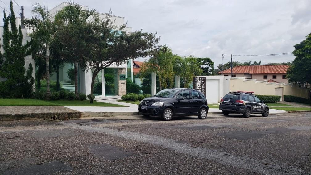 Policiais civis estiveram na casa do cantor Eduardo Costa, em BH, na manhã desta quarta-feira (8) — Foto: Raquel Freitas/G1