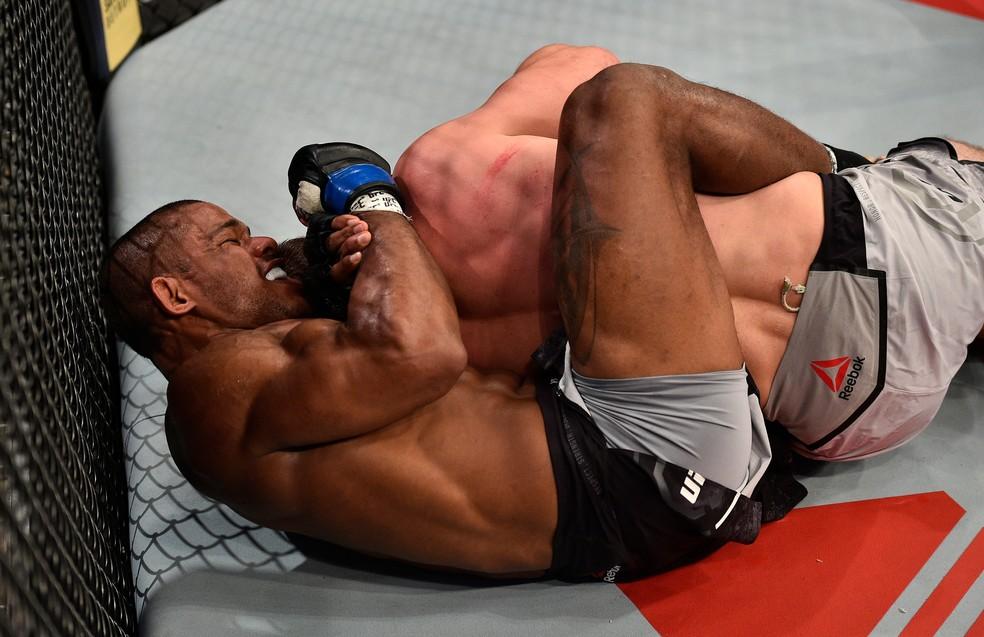 Alex Garcia encaixa o esgana-galo e finaliza o russo Muslim Salikhov no UFC China (Foto: Getty Images)