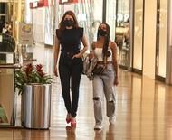Ex-BBBs Ana Clara Lima e Gleici Damasceno passeiam em shopping
