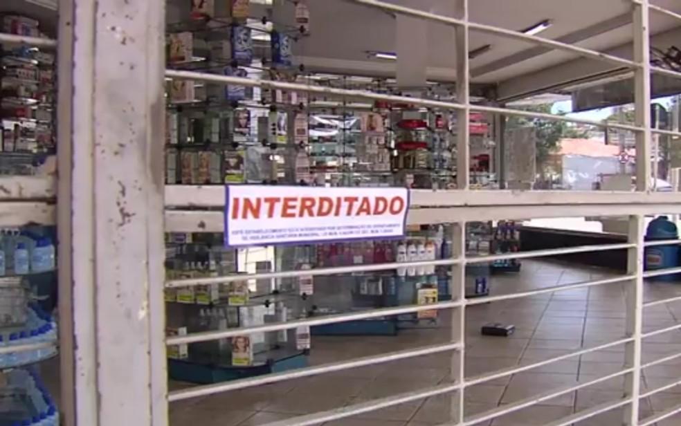 Farmácia é interditada após Polícia Civil encontrarm medicamentos sendo vendidos ilegalmente no local (Foto: Reprodução/TV Anhanguera)