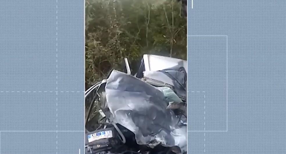 Batida entre carro e caminhão deixa mortos na BR-116, na Bahia — Foto: Reprodução/TV Bahia