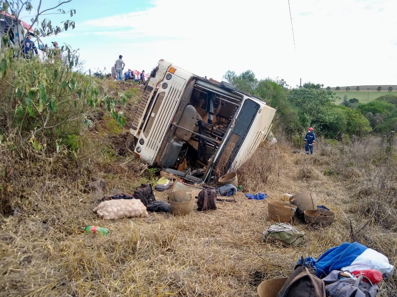 Ônibus com trabalhadores rurais tomba em rodovia e deixa mais de 40 feridos, diz Corpo de Bombeiros