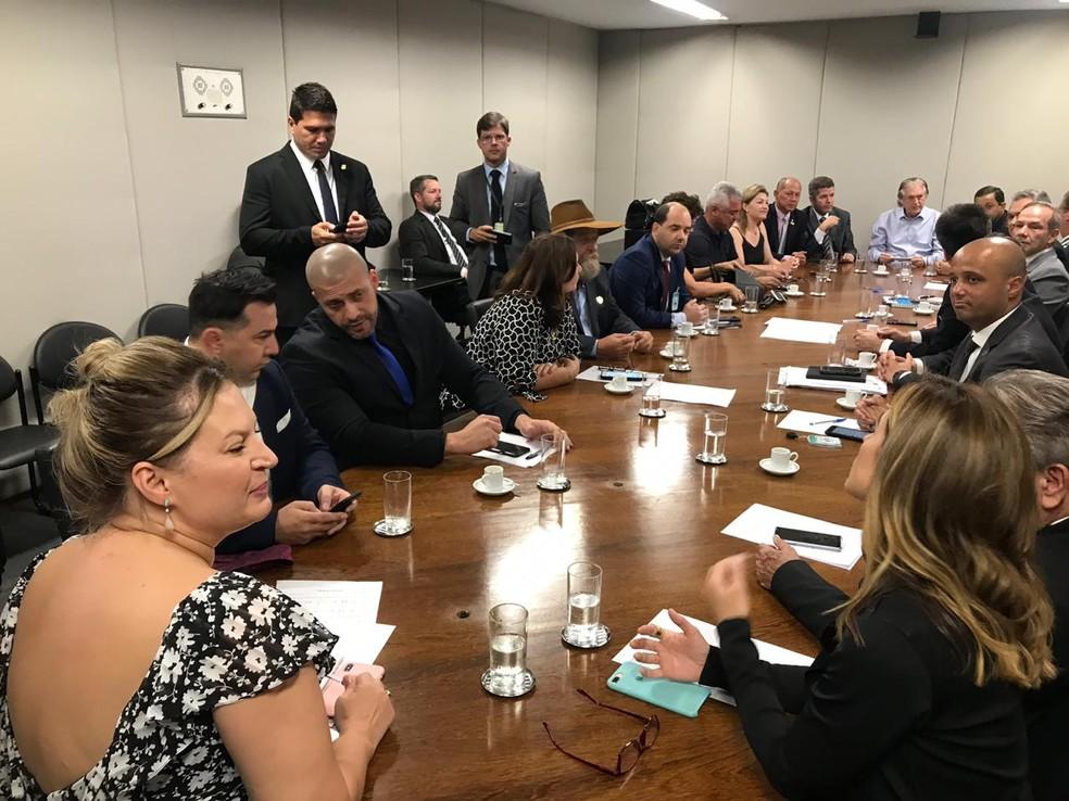 Parte da bancada do PSL no Congresso reunida para discutir disputa às presidências da Câmara e do Senado — Foto: Fernanda Calgaro/G1