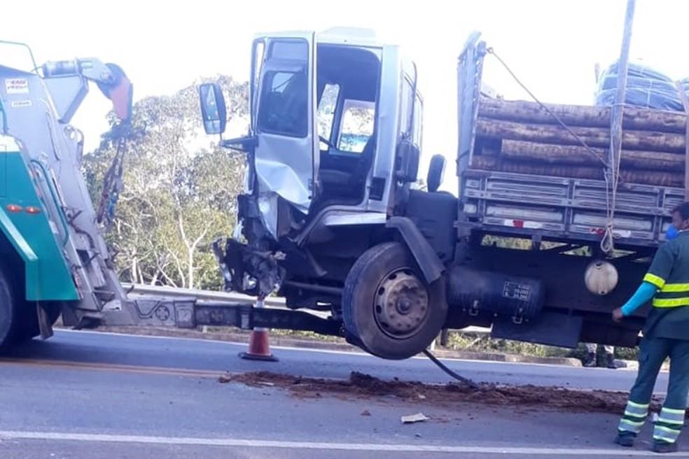 Motorista de carro morre após batida com caminhão na BR-101, sul da Bahia — Foto: Reprodução/Redes Sociais