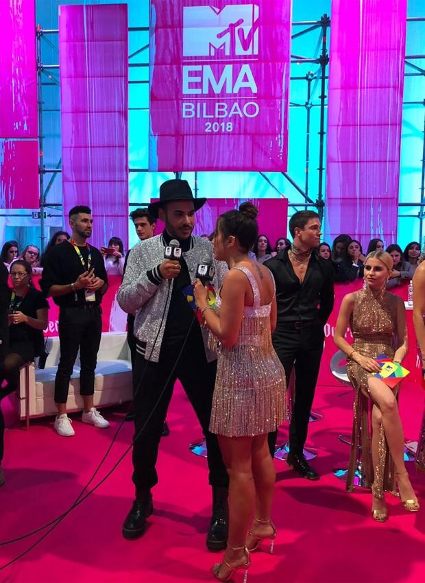 Anitta é entrevistada por Hugo Gloss (Foto: Divulgação)