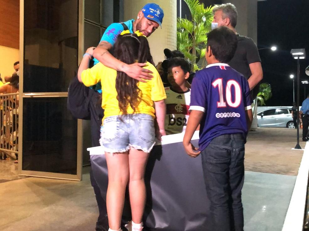 Anna Luiza, de costas, recebe carinho de Neymar na chegada em Manaus — Foto: Raphael Zarko