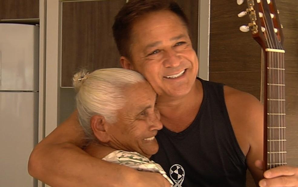 Aposentada se emociona ao conhecer o cantor Leonardo, em Goiânia (Foto: Reprodução/TV Anhanguera)