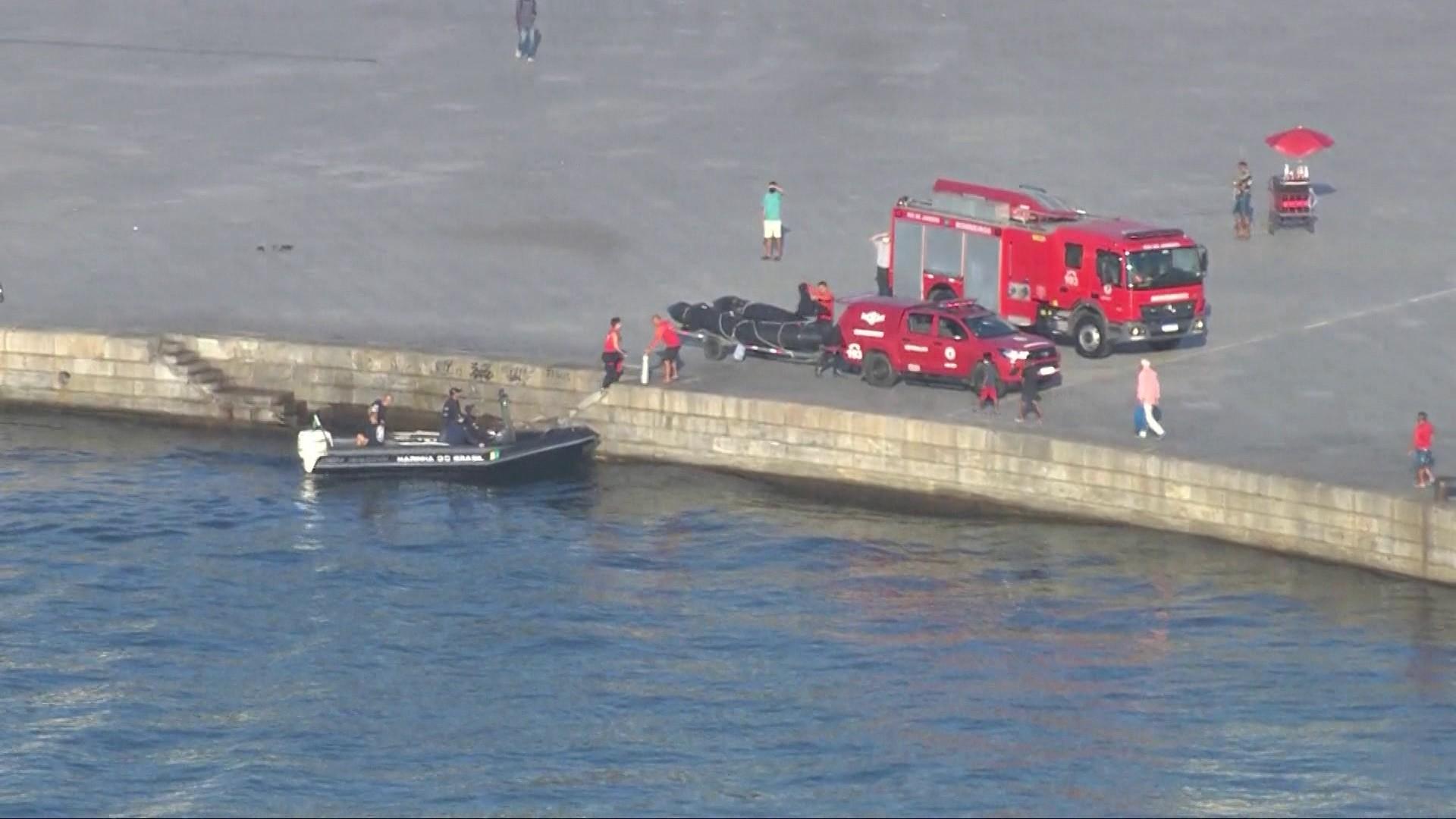 Helicóptero cai na Baía de Guanabara; dois tripulantes são resgatados com vida