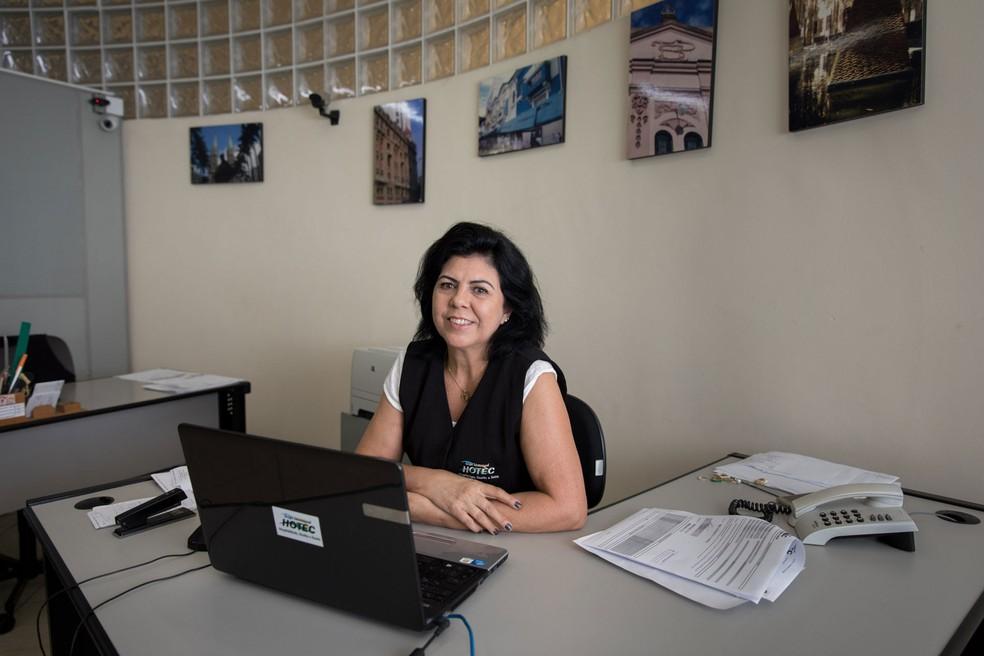 Laurinda Mendes em seu estágio numa faculdade em São Paulo; mesmo aos 55 anos, ela diz que tem muito a aprender (Foto: Marcelo Brandt/G1)
