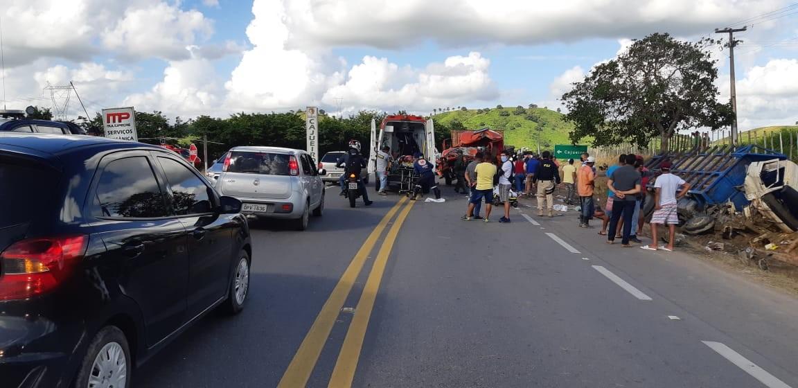 Colisão entre dois caminhões deixa feridos no interior de AL