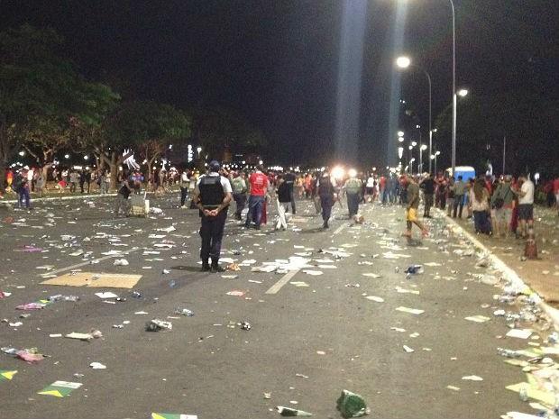 Lixo espalhado por faixas do Eixo Monumental, em Brasília, após manifestações deste domingo (17) (Foto: Mateus Rodrigues/G1)