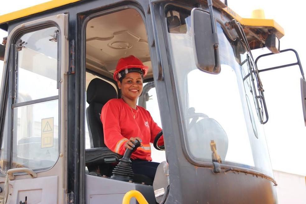 Mulher caminhoneira, na exposição 'Trabalho de Mulher', no AP — Foto: Luciana Macedo/Divulgação