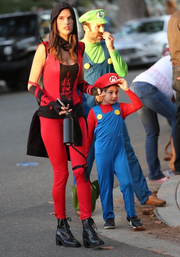 Alessandra Ambrosio com Noah e Jamie Mazur (Foto: BackGrid)