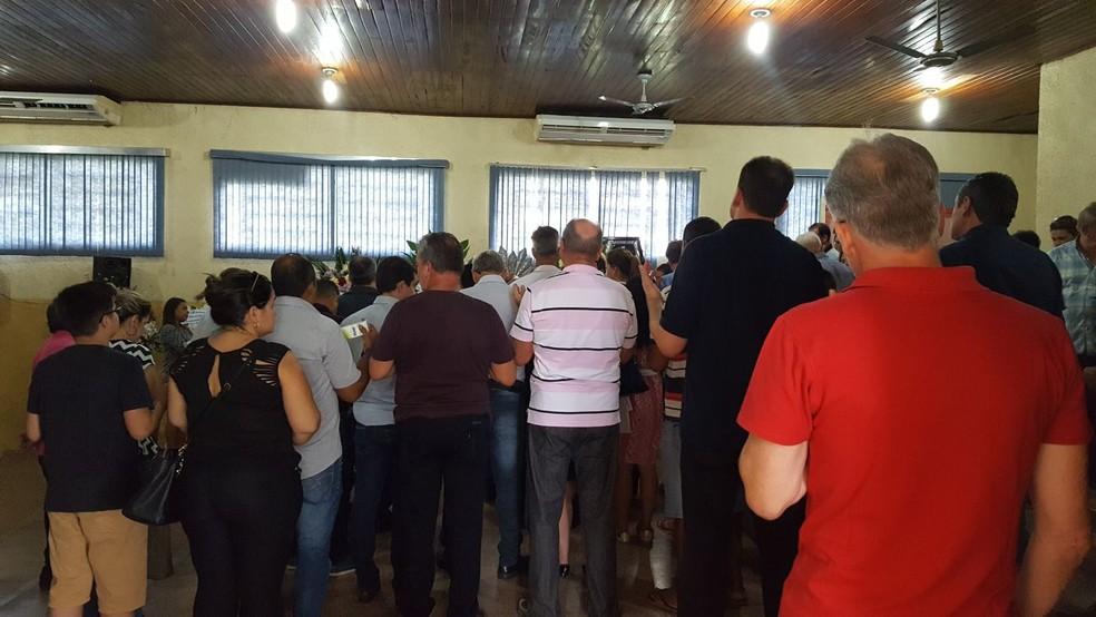 Velório de prefeito reuniu amigos e familiares (Foto: Marco Bernardi/G1)