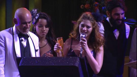 Ana Clara estreia o karaokê da festa A Era do Rádio