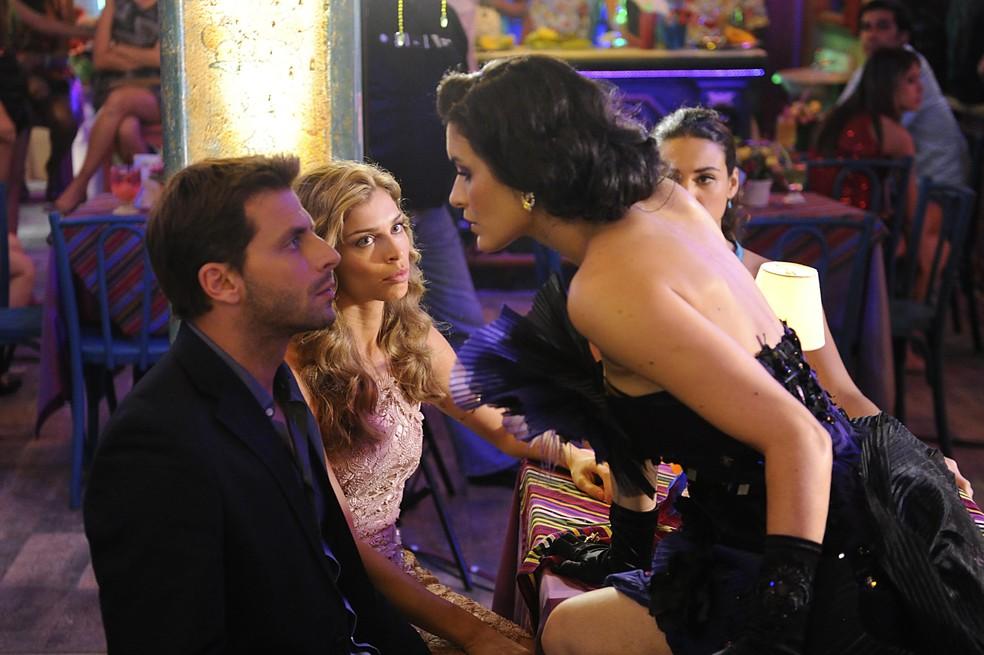 Cristal (Moro Anghileri) tenta beijar Cassiano (Henri Castelli) na frente de Ester (Grazi Massafera) - 'Flor do Caribe' — Foto: Estevam Avellar/Globo