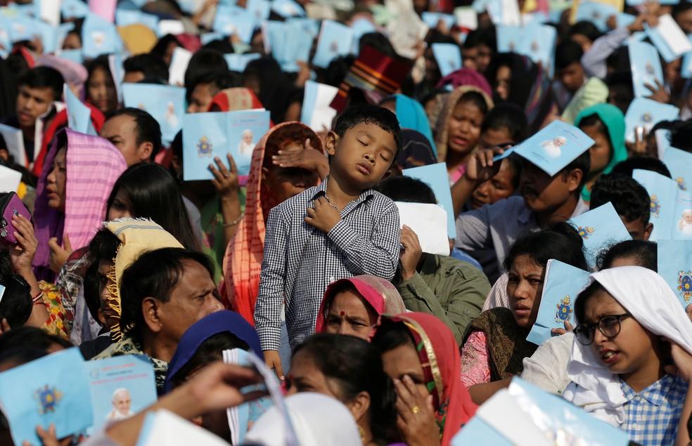 Fiéis aguardam a chegada do Papa Francisco em Dacc, capital de Bangladesh, nesta sexta-feira (1º)  (Foto: Max Rossi/ Reuters)