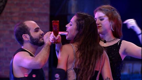 Mahmoud abraça Ana Clara e Paula, e fala: 'A dança dos encalhados'