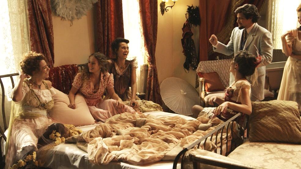 Lídia acorda ao lado de várias mulheres e não sabe quem elas são (Foto: TV Globo)