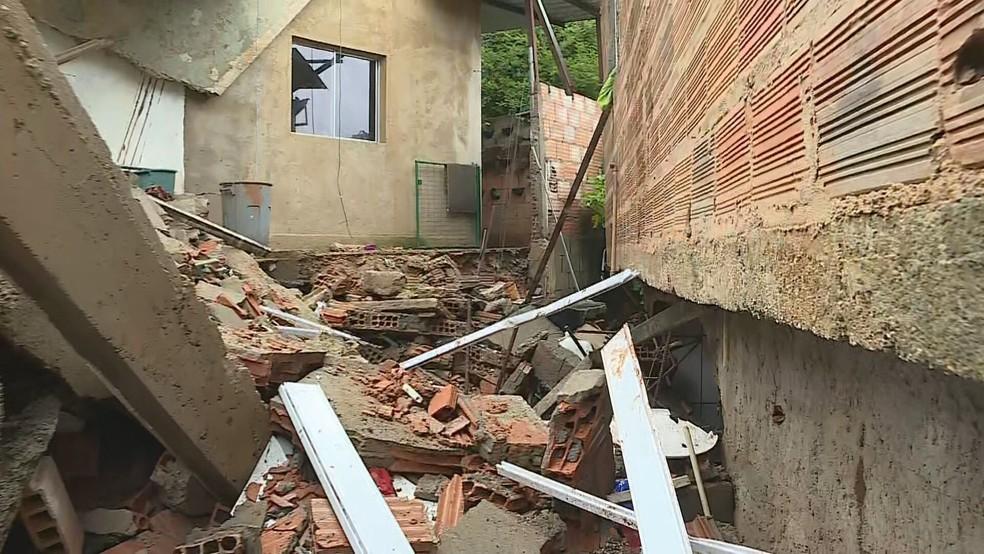 Parte de casa desmoronou em Nova Lima, na Grande BH, no bairro Cristais  — Foto: Reprodução/TV Globo