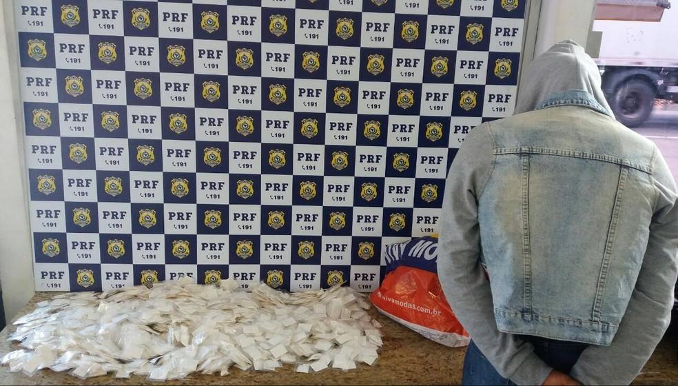 Papelotes de cocaína apreendidos durante fiscalização da PRF em Vitória da Conquista (Foto: Divulgação/PRF)