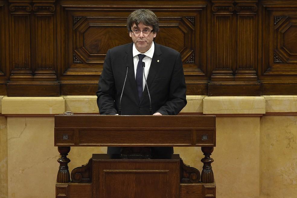 Carles Puigdemont fala no Parlamento catalão nesta terça (10) (Foto: AFP/Lluis Gene)