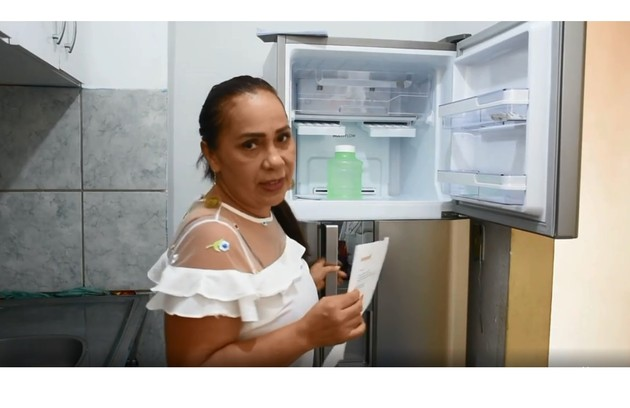 Dona Jacira mostra a cozinha da casa. Recentemente, eles ganharam novos eletrodomésticos (Foto: Reprodução)