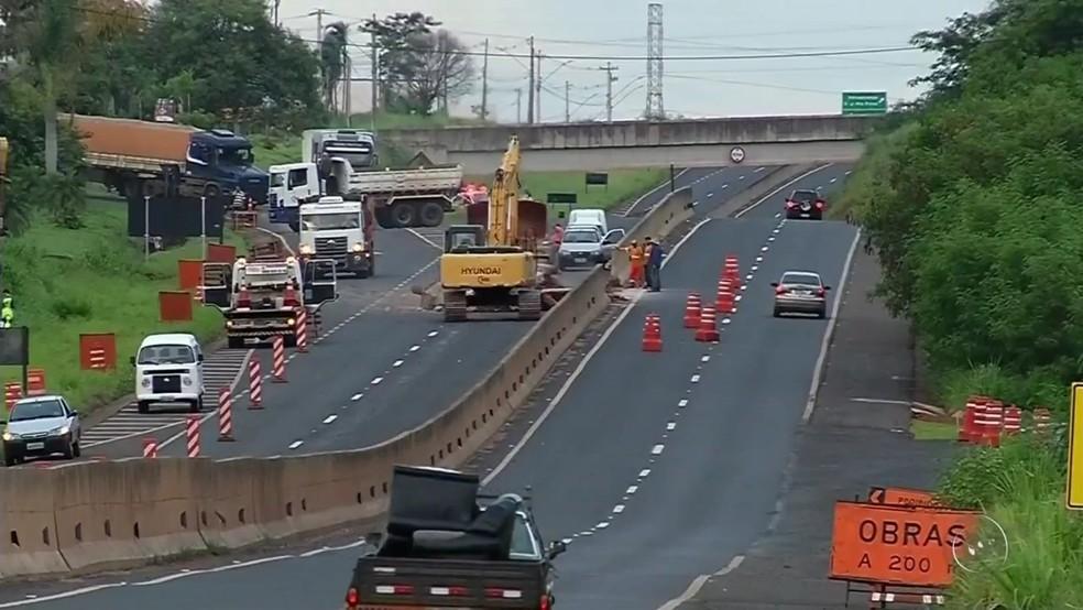 Rodovia em Votuporanga precisou ser interditada  (Foto: Reprodução / TV TEM)
