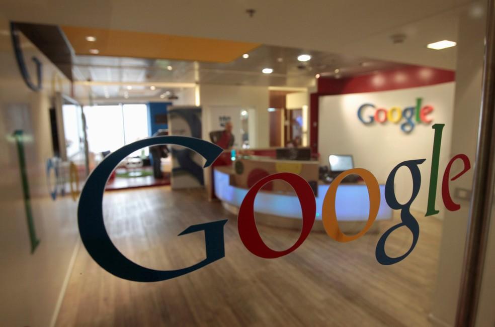 Logotipo do Google estampa parede do escritório da empresa em Tel Aviv, em Israel. — Foto: Baz Ratner / Reuters