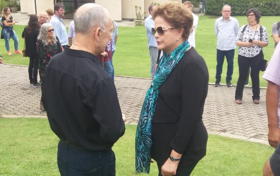 Rui Falcão e Dilma Rousseff conversam ao chegarem ao velório do neto de Lula, em São Bernardo do Campo — Foto: Estadão Conteúdo