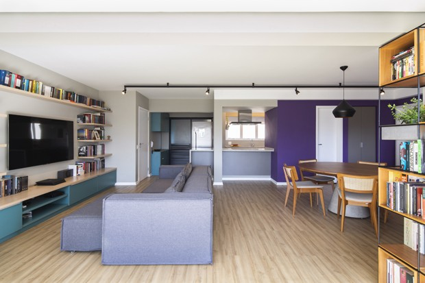 112 m² com décor minimalista, colorido e prático, sem gastar muito (Foto: Maíra Acayaba )
