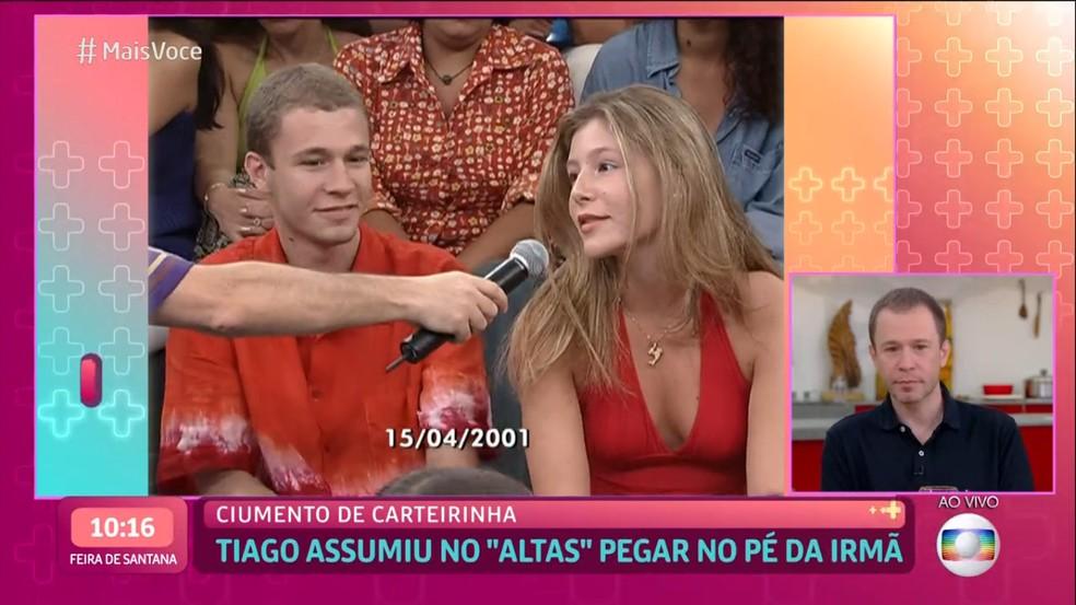 Tiago Leifert e Marcela, sua irmã, em 2001, no 'Altas Horas' — Foto: Globo