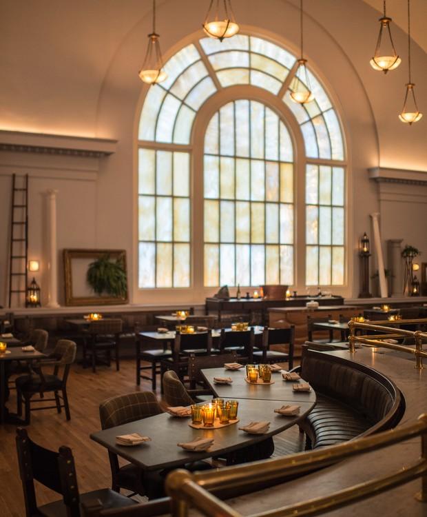 No salão de jantar, o pé direito alto valoriza as janelas arredondadas (Foto: Deezen/ Reprodução)