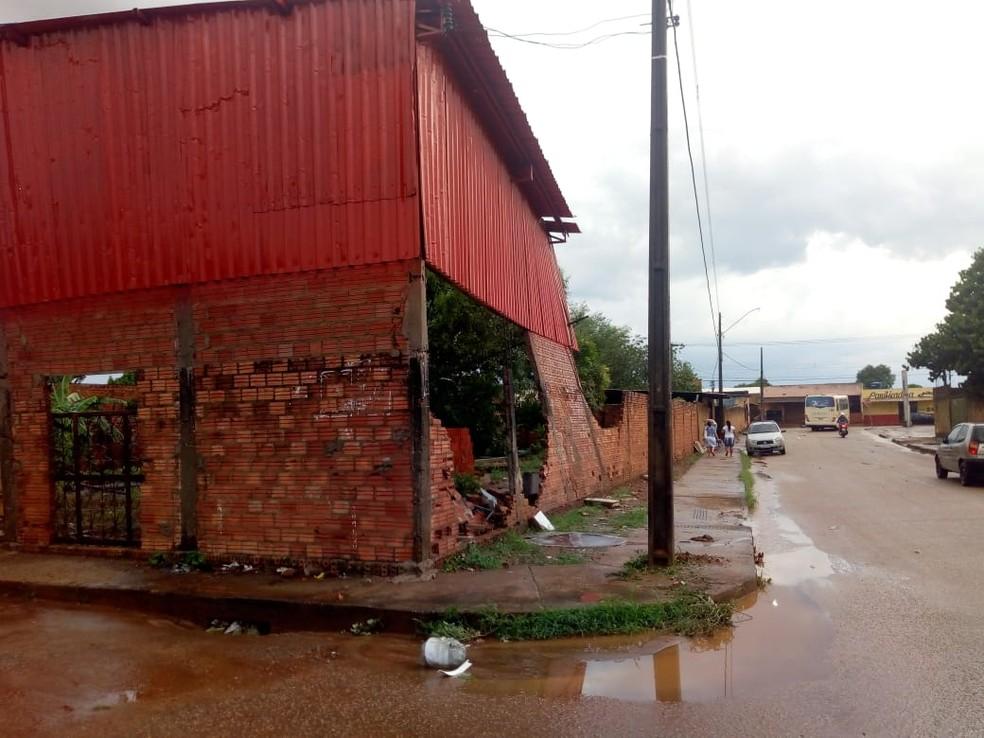 Parte de um muro acabou cedendo após forte chuva que atingiu Porto Velho nesta quinta-feira (3). — Foto: Arquivo