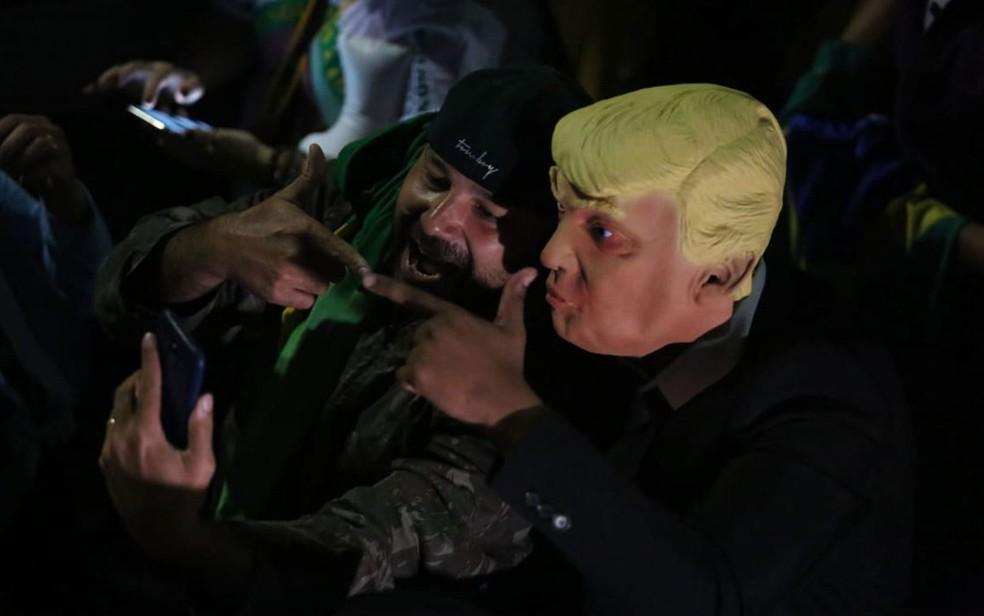 Apoiador de Bolsonaro comemora vitória na Avenida Paulista com máscara de Donald Trump — Foto: Fábio Tito/G1