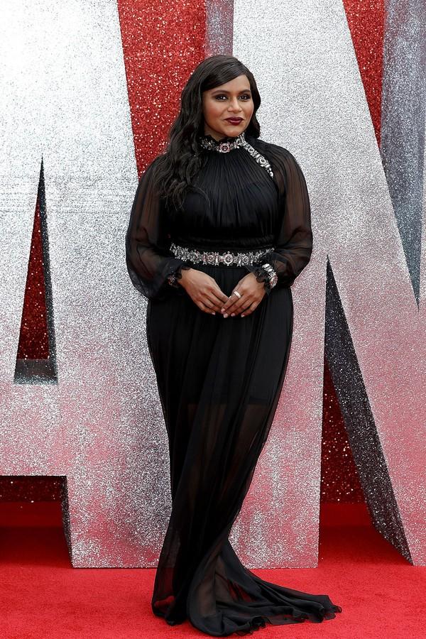 Mindy Kaling de Alberta Ferretti na pré-estreia de Oito Mulheres e Um Segredo (Foto: Getty Images)
