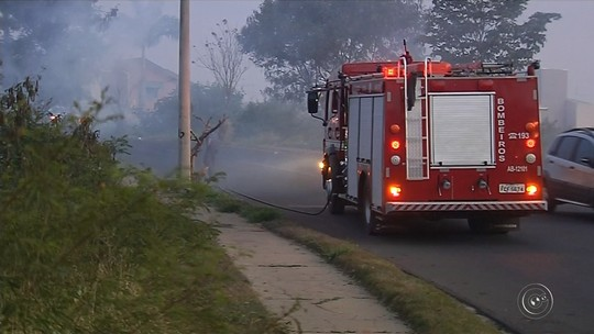 Bombeiros levam horas para controlar fogo que destruiu canavial em Reginópolis