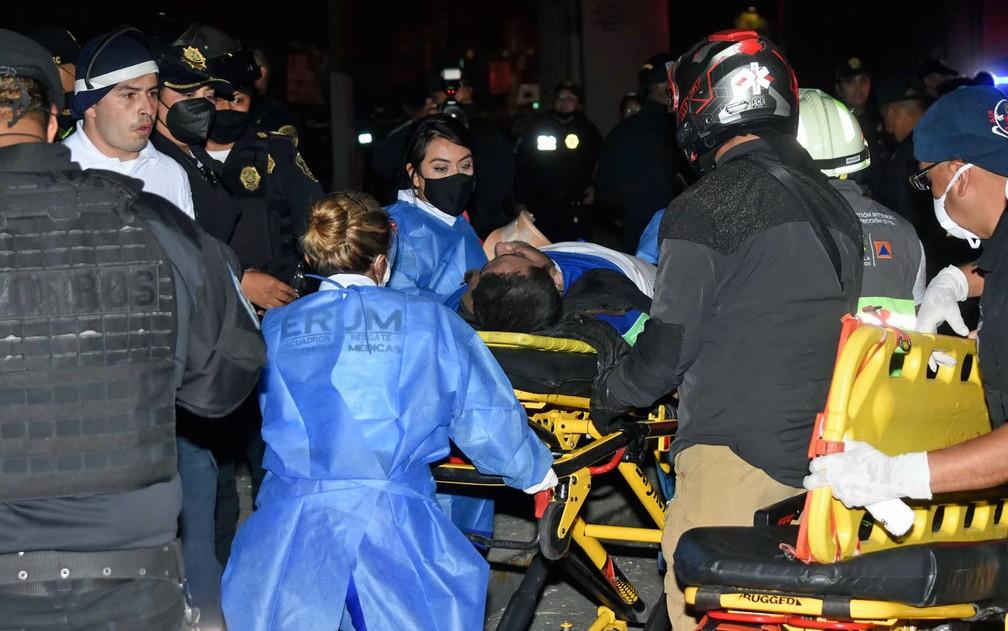 Equipes de resgate retiram vitima do acidente em metrô na Cidade do México — Foto: Jose Ruiz/AP